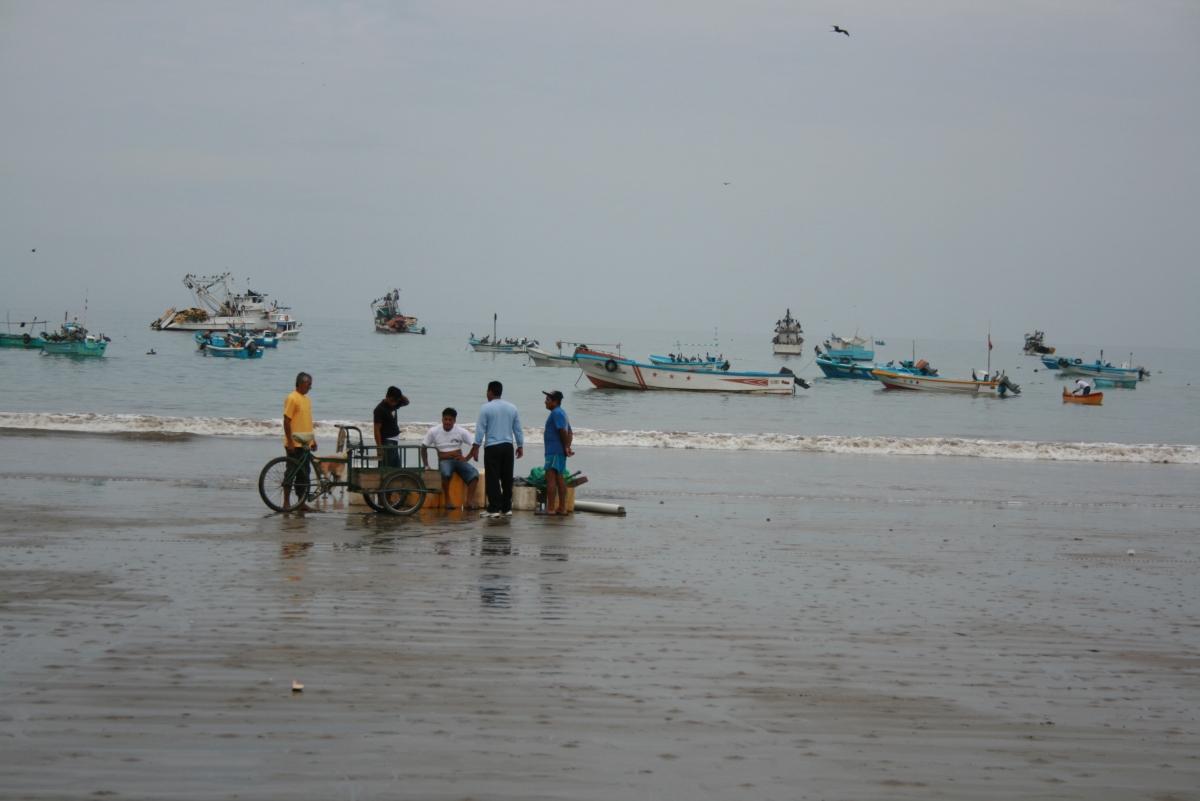 Fiskere på stranda i Puerto Lopez