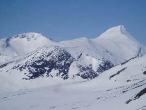 Utsikt mot Pyttegga (høyre), Karitind ligger til venstre for bildet