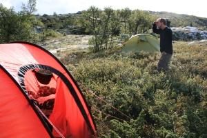Vi hadde visst slått opp teltene midt i et hyttefelt..., foto Marie B A