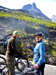 På vei ned Trollstigen, med Bispen i bakgrunnen