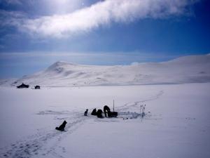 Nedpakking av leir på Vesølnsjøen søndag formiddag