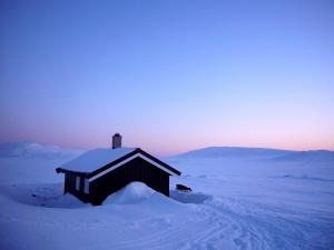 Lille Korsberghytta i solnedgang og mange minus