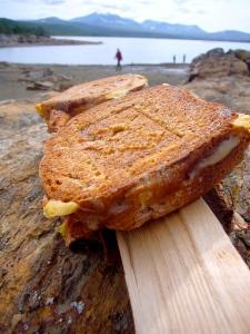 Toastjern på bål gir de beste ostesmørbrød