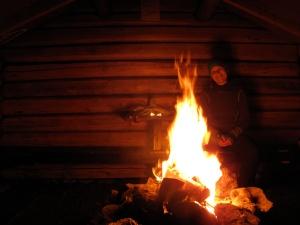 Løpsjøkoia var en koselig, enkel hytte med åpent ildsted og brisker til overnatting