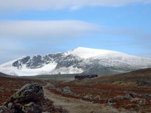 Snøheim i forgrunnen og Snøhetta i bakgrunnen