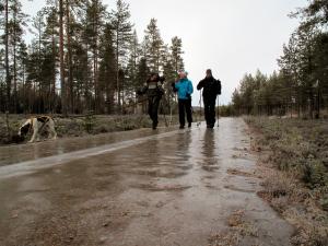 Turen ble lagt til glattlagte skogsveier og stavene ble svært så kjære hjelpemidler