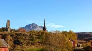 Alstadhaug kirke mot Breitinden i bakgrunnen