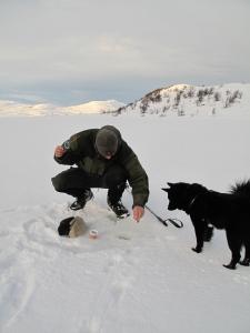 Se og lær hvordan man fisker på isen, gutten min...
