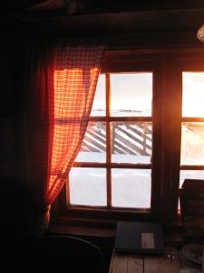 Morgensola inn vinduet i Nordbua
