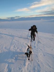 På vei mot Espedalen fjellhotell med Megrunnstjønna og Megrunnsbua i ryggen