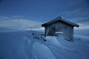 Megrunnsbua fint dekorert av snø som stormen har pyntet med