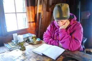 Og mer lesing av hyttebøker. Foto Mari Kolbjørnsrud