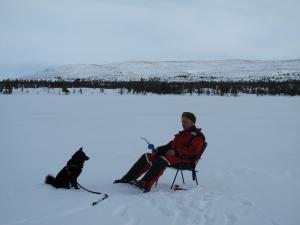Åge og Varg tålmodige ved fiskehullet på Lille Vonsjøen