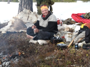 Lunsj med kaffebål på barrabb i snøen og sola som varmer - dette er starten på våren i fjellet!